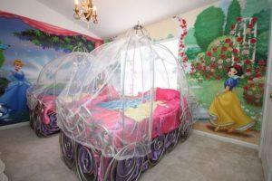 dekorasi kamar anak dengan mural cinderella dan snow white