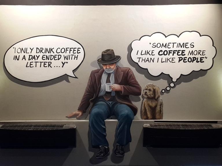 dekorasi toko roti dengan mural komik