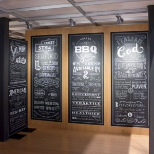 dekorasi restoran seafood dengan mural chalkboard