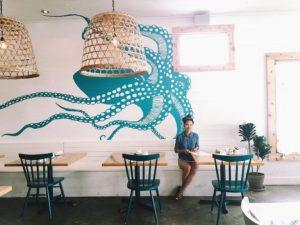 dekorasi restoran seafood dengan mural gurita