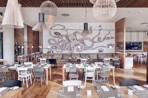 dekorasi restoran seafood dengan mural hitam putih