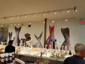 dekorasi restoran seafood dengan mural ikan