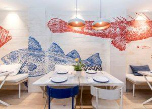dekorasi restoran seafood dengan mural ikan warna warni