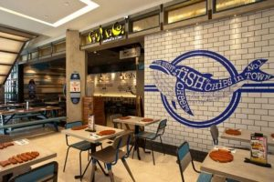 dekorasi restoran seafood dengan mural paus