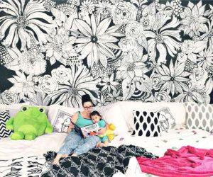 mural hitam putih dengan motif bunga
