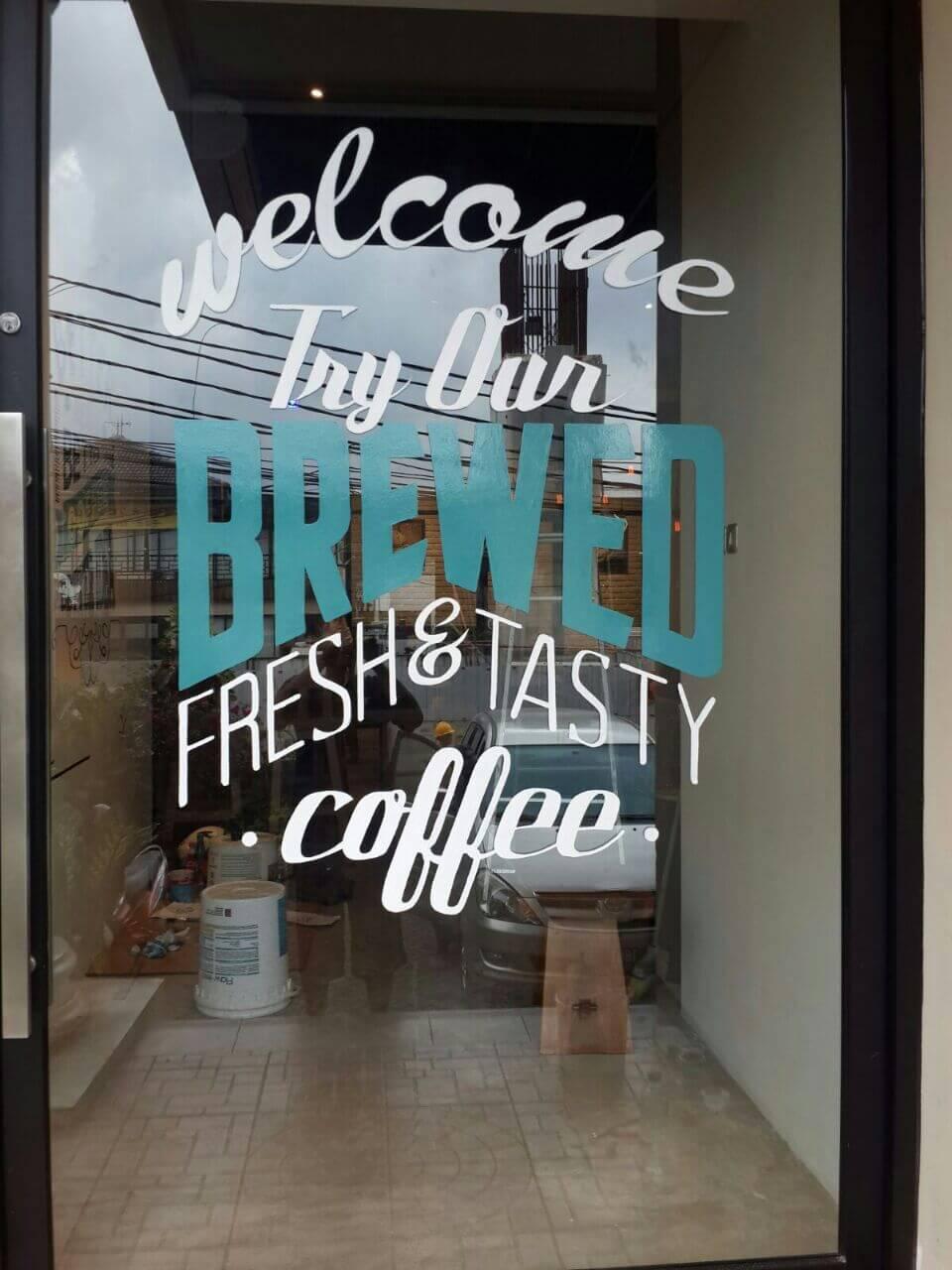 Menyambut Pengunjung Menggunakan Mural Tipografi di Doppio Coffee